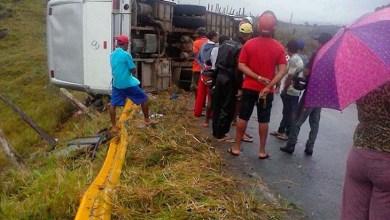 Photo of Bahia: Ônibus com grupo de amigos de Itaberaba e Valença tomba e deixa dois mortos