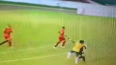Photo of Árbitro é agredido por jogador no Campeonato Baiano por não marcar pênalti; veja vídeo