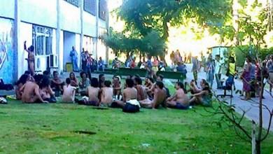 Photo of Bahia: Estudantes tiram as roupas para assistir palestra peladões em pátio da Ufba