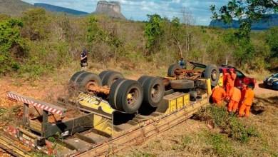 Photo of Chapada: Caminhão tomba na BR-242 e deixa duas pessoas mortas