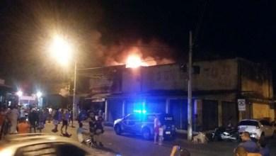 Photo of Vídeos: Incêndio em loja de flores do 'Feiraguay' assusta comerciantes e moradores