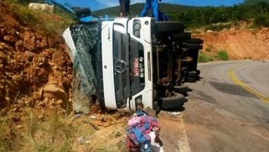Photo of Chapada: Caminhão tomba na BA-148 e deixa duas pessoas feridas
