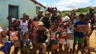 Photo of #Natal: Policiais da Cipe-Chapada entregam brinquedos, roupas e livros para famílias de Ruy Barbosa