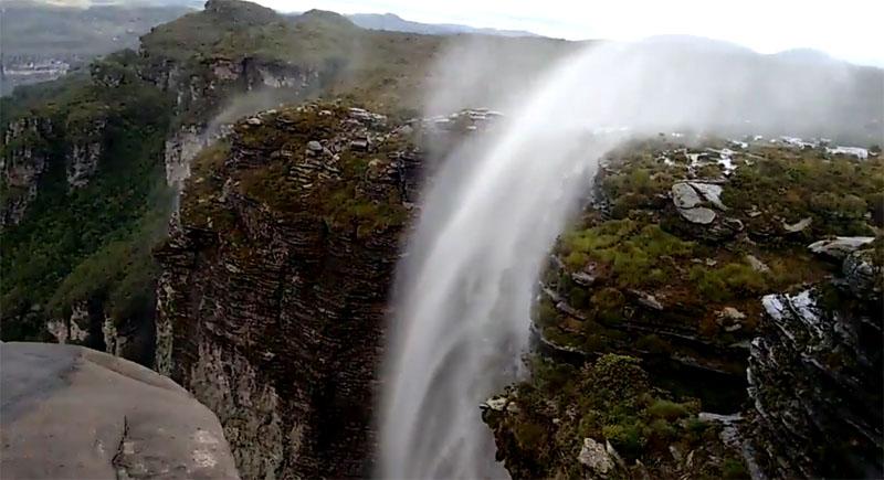 Chapada: Vento inverte fluxo da água da Cachoeira da Fumaça e provoca um espetáculo natural; veja os vídeos