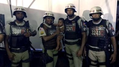 Photo of #Bahia: Policiais militares resgatam bebê abandonado no Carnaval de Lauro de Freitas