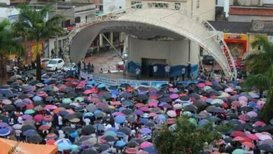 Photo of Chapada: Moradores enfrentam a chuva para protestar contra a violência em Barra da Estiva