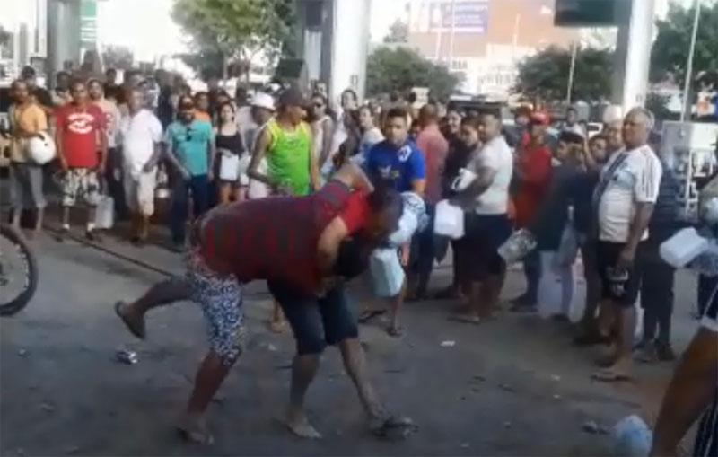 #Brasil: Pessoas trocam socos e pontapés em briga por gasolina em postos; confira vídeos