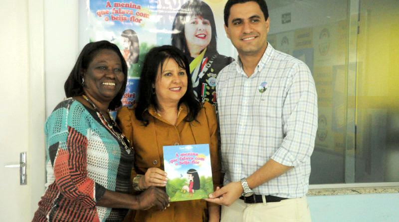 Chapada: Artista plástica lança livro bilíngue em Itaberaba; exposição fica até sexta em cartaz