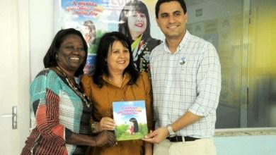 Photo of Chapada: Artista plástica lança livro bilíngue em Itaberaba; exposição fica até sexta em cartaz