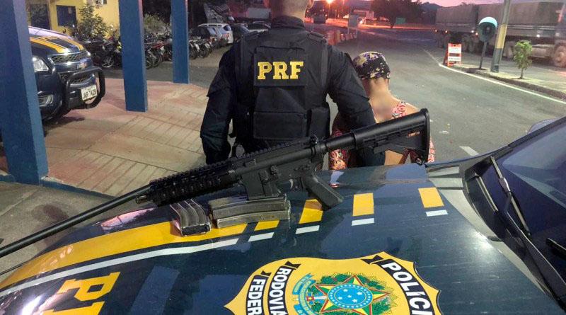 Chapada: Mulher é presa pela PRF com fuzil AR-15 na região do município de Itaberaba