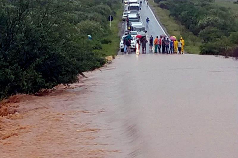 Chapada: Rio transborda e invade BR-030 na região de distrito entre Tanhaçu e Brumado