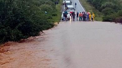 Photo of Chapada: Rio transborda e invade BR-030 na região de distrito entre Tanhaçu e Brumado
