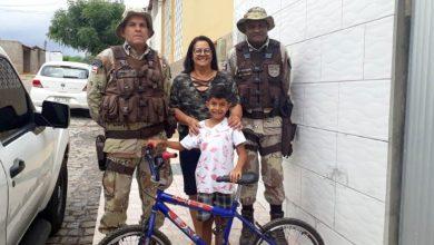 Photo of Chapada: Garoto que visitou sede da Cipe em Ruy Barbosa recebe presente de policiais