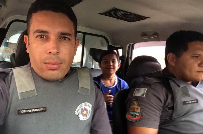 #Brasil: Dona de casa leva susto ao ver filho pegando carona em viatura da polícia