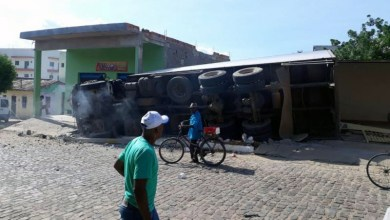 Photo of Chapada: Poste é derrubado por caminhão que tombou no centro da cidade de Ituaçu