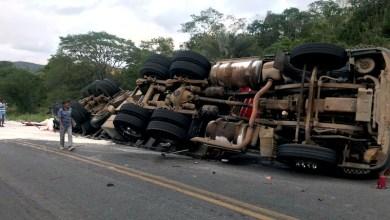 Photo of Chapada: Caminhão carregado de farinha vira em estrada na região do município de Ruy Barbosa