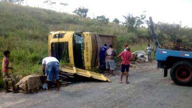 Photo of Chapada: Carga de batata e cebola fica espalhada em estrada após caminhão tombar na região de Macajuba