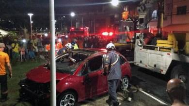 Photo of #Vídeos: Idoso perde controle de carro em Salvador e cai no Dique do Tororó; motorista é resgatado por populares