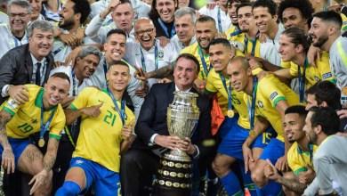Photo of #Vídeos: Bolsonaro é vaiado pela torcida e posa para fotos com os jogadores que o chamavam de 'mito'
