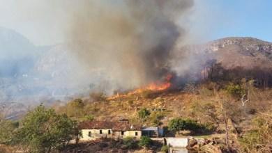 Photo of Chapada: Fumaça de incêndio entre Rio de Contas e Livramento encobre vista da cachoeira Véu de Noiva
