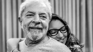 """Photo of Foto de Lula com a namorada viraliza e socióloga diz em rede social que """"o amor venceu"""""""