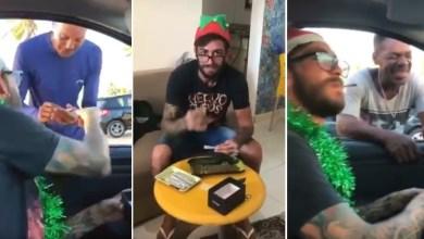Photo of #Polêmica: Papai Noel 'doidão' viraliza na internet distribuindo 'baseados' nas ruas de Salvador