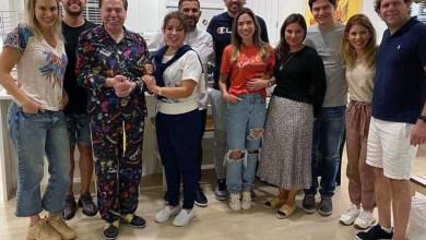 Photo of #Entretenimento: Silvio Santos aparece de pijama em foto com as filhas durante jantar e rouba a cena