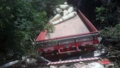 Photo of Chapada: Carga de lona fica espalhada após acidente com caminhão que desceu ribanceira na Serra das Almas