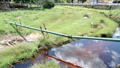 Photo of Chapada: Tubulação de esgoto que cruza o Rio Lençóis ameaça se romper; moradores pedem solução da Embasa