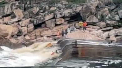 Photo of #Vídeos: Imagens mostram momento de tensão durante resgate de jovem que caiu em trecho do Paraguaçu em Andaraí