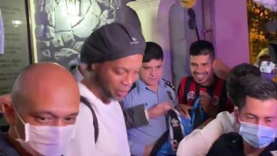 Photo of Ronaldinho Gaúcho deixa prisão e autografa camisa do Grêmio antes de ir para hotel em Assunção