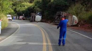 Photo of #Chapada: Caminhão carregado de combustível tomba na BR-242, próximo a Lençóis; via está em processo de liberação