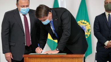 Photo of #Vídeo: Medida provisória assinada por Bolsonaro destina R$1,99 bilhão para viabilizar vacina da Oxford contra covid