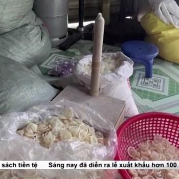 Preservativos usados são vistos em armazém ilegal no Vietnã | FOTO: Reprodução/VTV via Reuters |