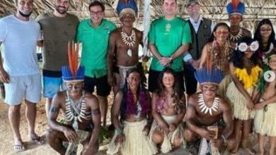 Photo of #Brasil: Irmãos Flávio e Eduardo posam para fotos sem máscaras ao lado de indígenas no Amazonas