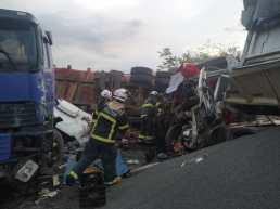 O corpo do motorista foi resgatado pelos bombeiros   FOTO: Divulgação  