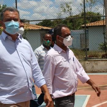 O governador Rui Costa e o prefeito Joyson Vieira durante visita a colégio em Utinga   FOTO: Divulgação  