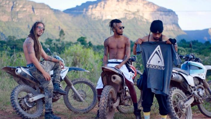 O selo DMT Rec é representado pelos artistas do clipe somado ao músico Ras Lukas | FOTO: Divulgação |