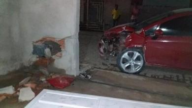 Photo of #Chapada: Colisão na zona rural do município de Mundo Novo deixa carro e parede de casa destruídos