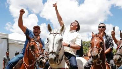 Photo of #Bahia: Bolsonaro inaugura trecho de rodovia no oeste do estado montado em cavalo com seu nome, com aglomeração e sem máscara