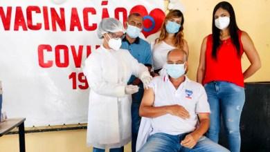 Photo of #Chapada: Técnico de enfermagem recebe a primeira dose da vacina contra a covid-19 em Ibiquera