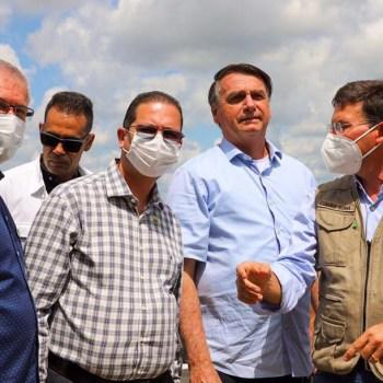 O deputado Alex Santana de camisa listrada ao lado do presidente sem máscara | FOTO: Divulgação |
