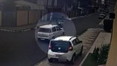 Photo of #Vídeo: Motorista derruba homens de moto que tentavam assaltar mulher em Feira de Santana