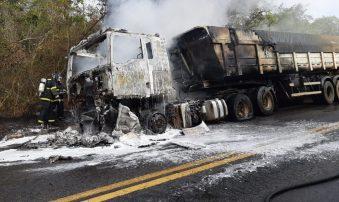Bombeiros conseguiram evitar que carga fosse totalmente queimada | FOTO: Divulgação/CBMBA |