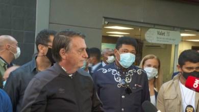 """Photo of #Brasil: Após deixar hospital, Bolsonaro conversa com jornalistas e diz que """"só Deus me tira daquela cadeira"""""""