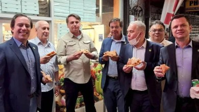 Photo of #Polêmica: Presidente Bolsonaro é avistado comendo pizza na rua para driblar restrição a não vacinados em Nova York