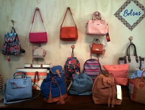 mochilas, bolsas tipo saco e bolsas com muita cor para o verão 2015 na Marisa
