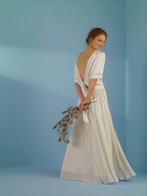 saia longa plissada bege off-white e camiseta branca abertura costas