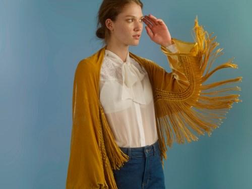 blusa de veludo mostarda com franjas