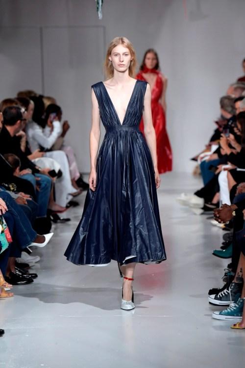 vestido azul escuro decote profundo emborrachado nyfw calvin klein raf simons